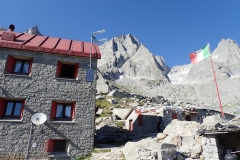Allievi-Hütte in bestem Granit-Klettergebiet.