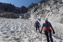 Abstieg über das Schneefeld