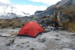 Das Basislager ist perfekt: Brettleben und bestes Wasser keine 50m entfernt. Von hier sind ist es eine Stunde zum Wandfuss. Der Weg ist gut zu finden und mit Steinmännern markiert