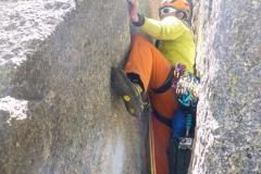 Der Kamin in der 5. Seillänge. Wir haben schon lang den Glauben an den Durchstieg aufgegeben und die Rucksäcke deponiert. Stört mich nur noch die Wasserflasche die mich im Kamin festklemmt