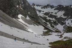 Es ist noch genug Schnee für enen Schnellabstieg vorhanden (Pickel und Steigeisen haben wir kurz hinter der Hütte zurüvkgelassen)
