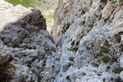 Der Ausstieg aus der Rinne (Ende 4. SL im Bergsteigen.at Topo) ist Steinschlaggefährdet, den Stand besser so weit links wies geht, unter einer steilen Wand einrichten (viele Sanduhren)