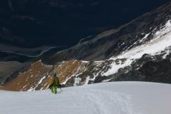 Im Aufstieg geht eine Lawine über die Gipfelflanke ab und wir machens supervorsichtig mit Seil. Runterwegs geben wir Gas
