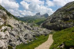 Abstieg nach NW, zuerst durch Schützengräben, dann auf gutem Weg über den Valparolopass zurück zum Falzaregopass