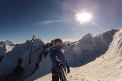 Am Gipfel des Maparaju, die Spitze des Cayesh im Hintergrund. Wir bewegen uns recht vorsichtig, es ist ganz schön überwächtet...