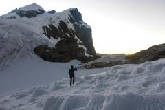 Start ist am nächsten Morgen um 2. Der Weg zieht recht steil die Schrofen hinauf bis man endlich das Eis erreicht. Von dort sind es noch eineinhalb Stunden bis zum Gipfel des Maparaju