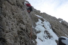 das rechts sind die Reste des ersten Eisaufschwungs. Weder kletter- noch sicherbar...wir sind also wie die Seilschaft vor uns in den Fels ausgewichen (ca. M4, 2H, schlecht absicherbar)
