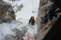 Eine schöne Länge, allerdins ist sehr wenig Schnee in der Rinne...das bedingt den nun einsetzenden Steinschlag durch die Seilschaft über uns