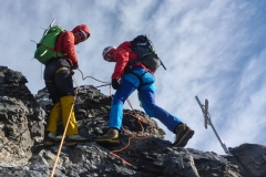 Der Gipfel ist sprichwörtlich erst die halbe Miete. Es folgt eine echte Abseil-Abkletterorgie bis zum nördlichen Eigerjoch...