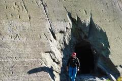 der spuckt einen dann förlich auf den Wanderweg zum Unteraargletscher. El Dorado kommt dann nach ca. einer Stunde rechts des Weges daher. Ist nicht zu übersehen