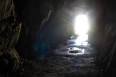 Die Tour beginnt quai in einem Tunnel über dem Grimselstausee