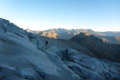 ...dann Gletscherschliff. Der Weg Richtung Passo Cercen ist immer perfekt markiert; wir sind auf ca. 2900m auf den Vedretta Presanella