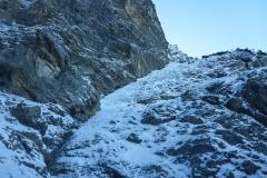 Wir gehen noch eine Länge zum Einstieg des Rampenwegs aber es wird endgültig zu warm. Stein- und Eisschlag nehmen jetzt deutlich zu...
