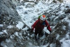 So langsam gewinnen wir Höhe und es wird Zeit zu sichern, so richtig berechenbar ist die Kletterei nicht
