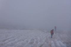 Auf dem Gletscher wirds dann schwierig, wir müssen einige Spalten umgehen, bei dem Nebel die Richtung zu halten ist nicht wirklich einfach