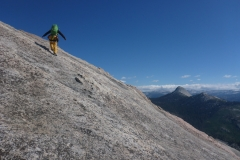 irgendwann wirds so flach das wir das Seil wegstecken und noch eine halbe Stunde über die Platten zum Gipfel laufen