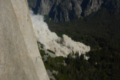 dann rumpelts gewaltig. Kein Vergleich zu dem Felssturz gestern. Uns rutscht das Herz in die Hose und durchs Hosenbein direkt ins Tal
