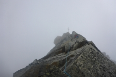 Wir bleiben kaum 30 Sekunden oben, wegen des Nebels haben wir ein wenig Sorge um den Abstieg