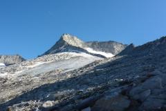 Der Turnerkamp. Der fast waagrechte Gratausläufer oberhalb des Eisfeldes ist die Sattelschneide. Die Scharte auf 3220m ist da wo der Gipfelaufbau beginnt