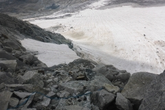 ...das sieht man schnell an dem ganzen Zeug was da auf dem Gletscher herumliegt...wir queren Richtung des Schneefeldes, da scheint am wenigsten Steinschlag zu sein